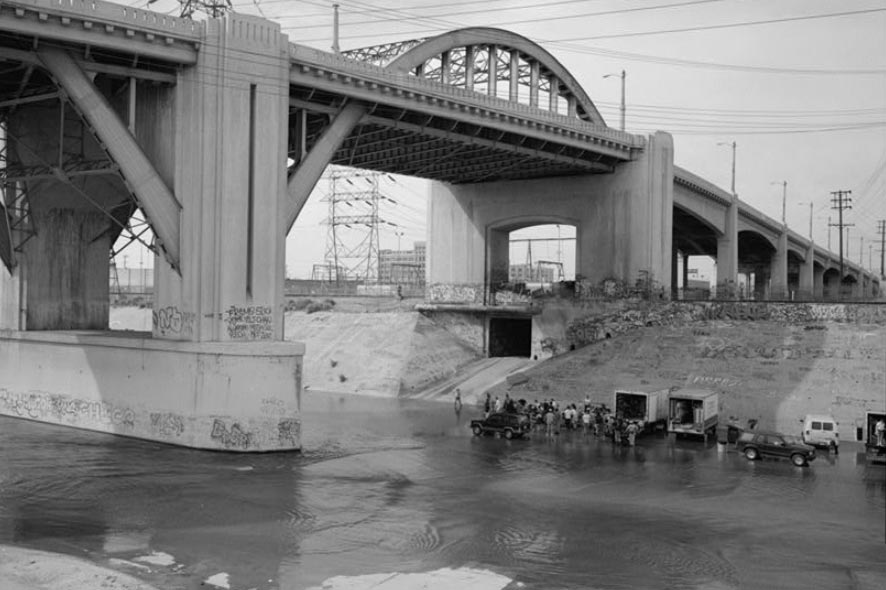 Built in 1932, the viaduct is composed of three independent structures: the reinforced concrete west segment, the central steel arch segment over the river, and the reinforced concrete east segment.